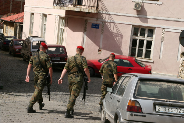 Patrouille de la KFOR au centre de Prizren