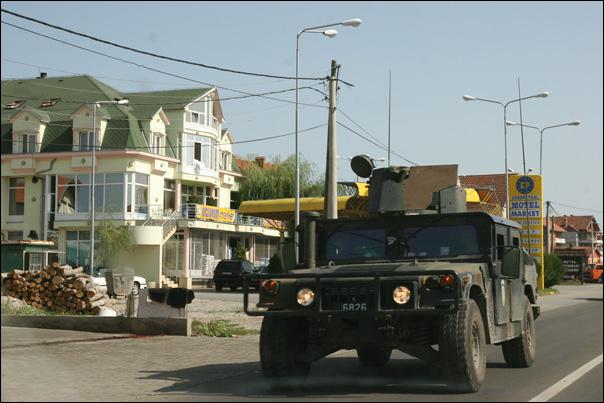 Jeep de la KFOR près de Pristina