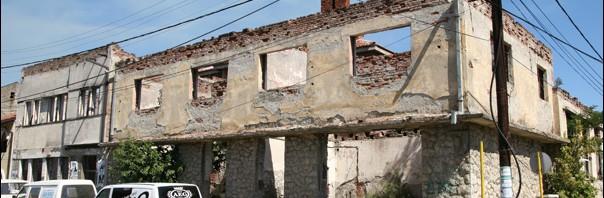 Maison partiellement détruite pendant la Guerre de Yougoslavie Pec